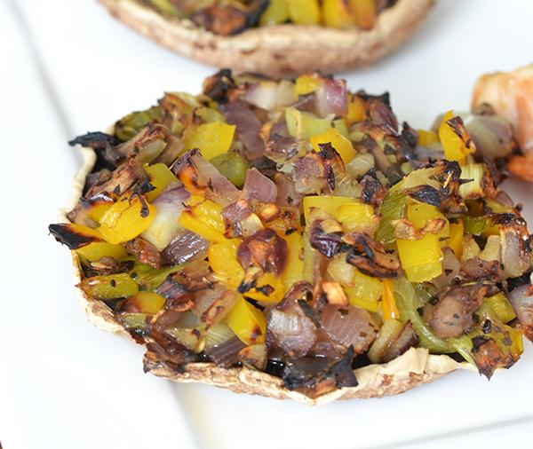 Met groenten gevulde portobello