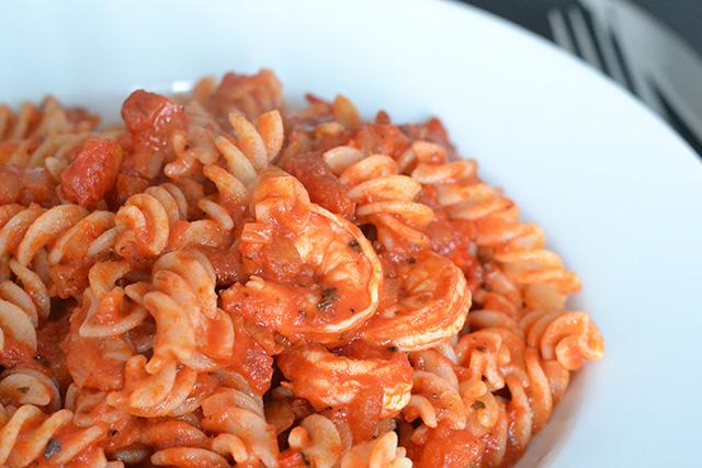 Fusili met gamba's in pittige tomatensaus