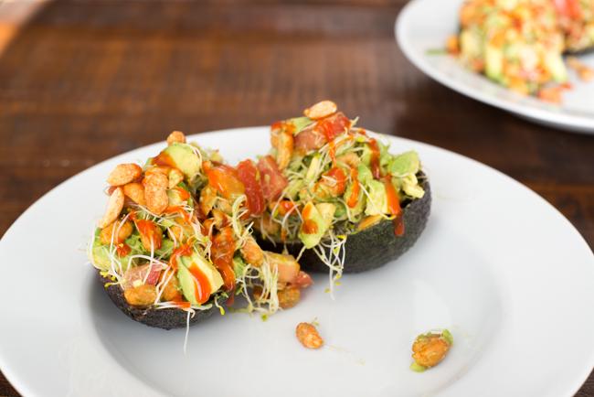 Pittig gevulde avocado's