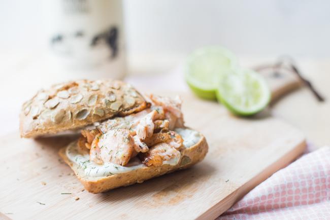 Broodje zalm met limoen-dille aioli