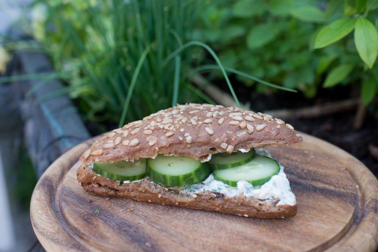 Broodje kruidenkaas met komkommer