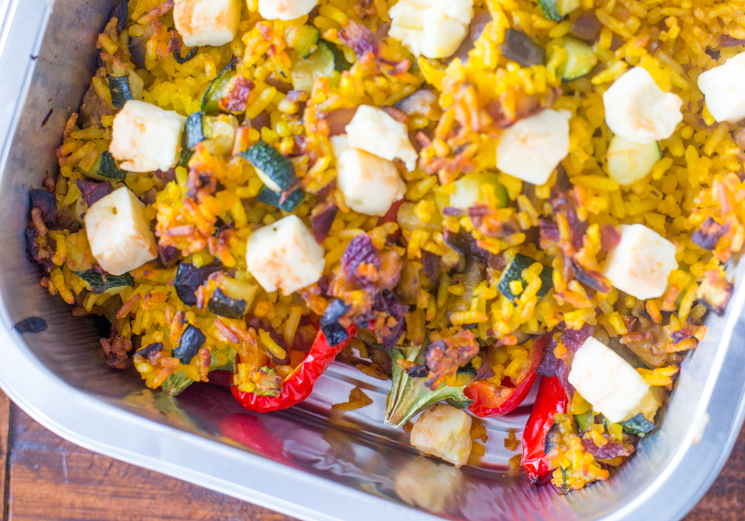 Gevulde puntpaprika's met gele rijst en kliekjes