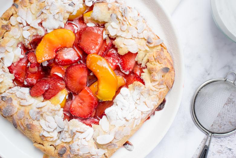 Galette met perzik en aardbei