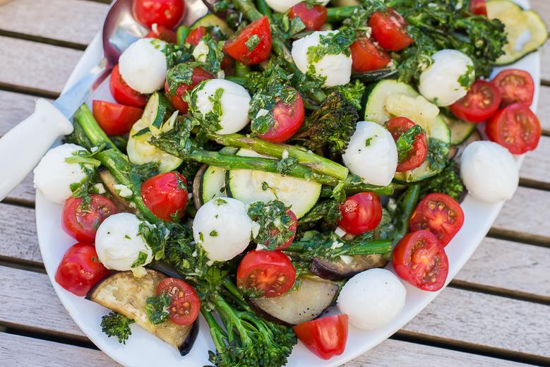 Gegrilde groente Caprese met basilicumdressing