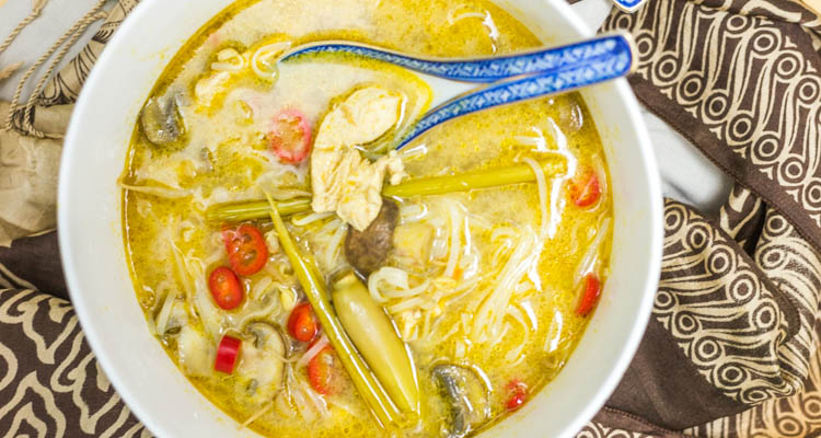 Thaise currysoep met noedels en kip