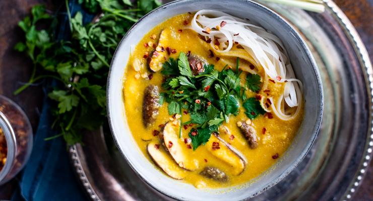 Gele currysoep met rijstnoedels