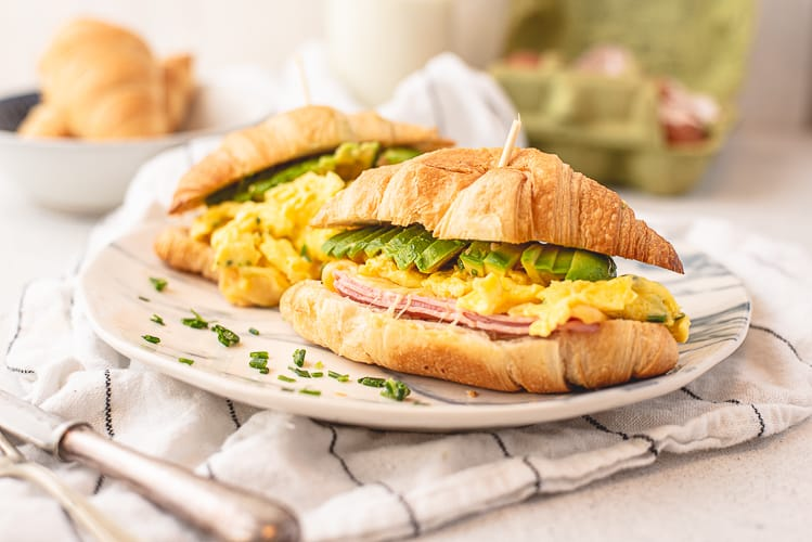 Croissanttosti met scrambled eggs