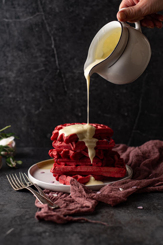 Red velvet wafels met witte chocoladesaus