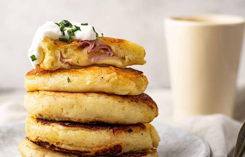 Gevulde aardappelkoekjes met ham en kaas