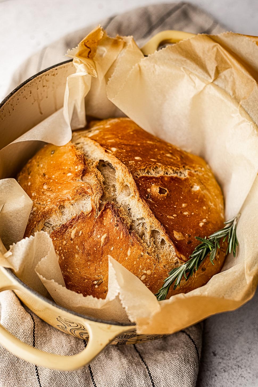 No knead knoflook-rozemarijnbrood
