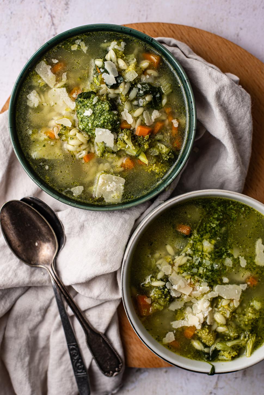 broccolisoep met orzo en pesto